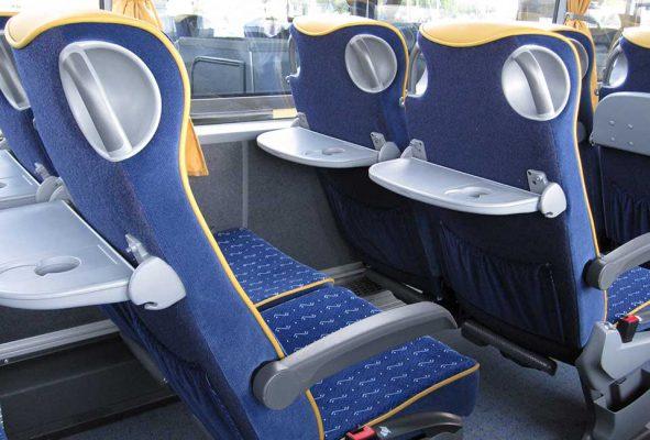 Mukavat istuimet 49-paikkaisessa bussissa
